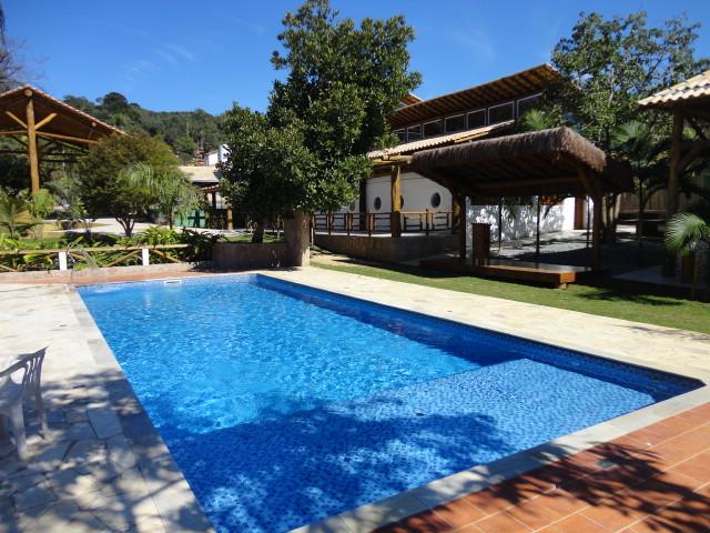 Piscina grande acampamento tem tico b blico jardim regado for Ideas de piscinas grandes